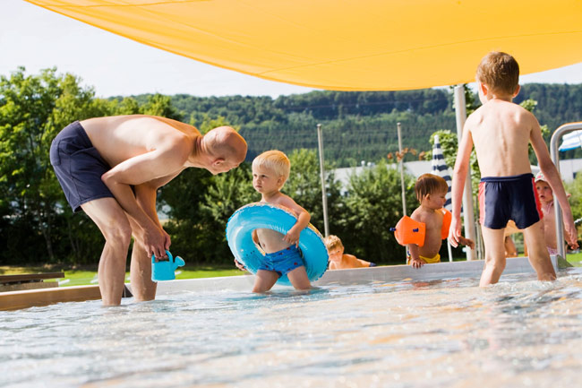 Kinder im Kinderbecken des Freibad