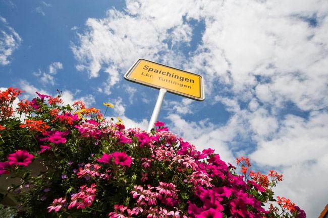 Ortsschild Spaichingen inmitten eines Blumenmeeres