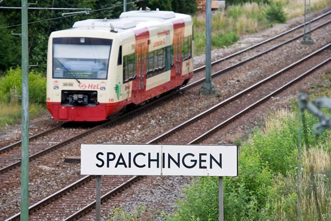 Zug fährt im Spaichinger Bahnhof ein