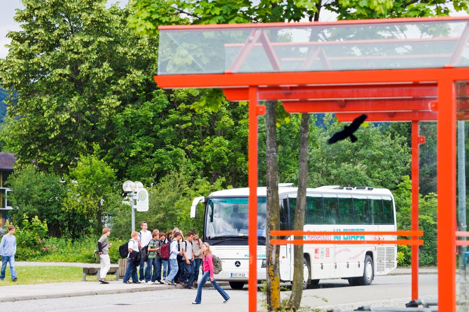 Schüler vor dem Schulbus