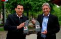 Bürgermeister Morand aus Sallanches und Bürgermeister Schuhmacher mit dem Gastgeschenk der Franzosen. Foto: Kurt Glückler
