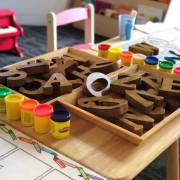 Kindertisch mit Spielen