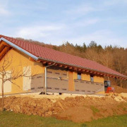 Aufbau einer Hütte am Waldrand