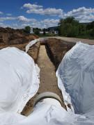 Ausgrabung eines Kanals für Retentionsbodenfilteram am Rand der Stadt