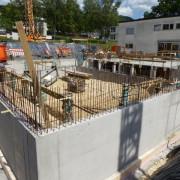 Rohbauarbeiten am Lehrschwimmbecken mit Blick auf die Schillerschule
