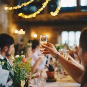 Tisch mit Gästen
