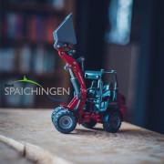 Spielzeugbagger auf einem Schreibtisch
