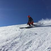 Skiläufer fährt eine Piste runter