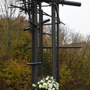 KZ-Denkmal mit Kranz zum Volkstrauertag