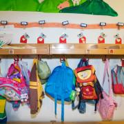 Rucksäcke an der Garderobe im Kindergarten