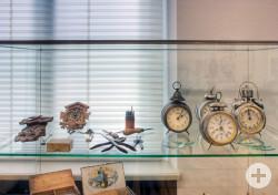 alte Wecker und Uhren im Museum